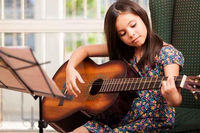 Игра на гитаре для детей