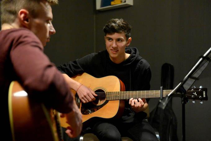 Где взрослому человеку можно обучиться игре на музыкальном инструменте