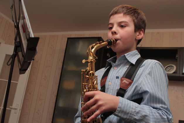 Что выбрать для мальчика: саксофон или пианино
